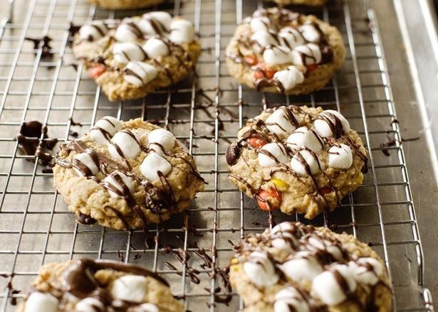 Hacer la llovizna del chocolate y la llovizna sobre las cookies. ¡Disfrutar!
