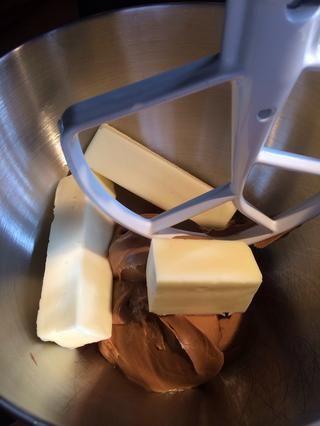 Crema de mantequilla y mantequilla de maní hasta que quede suave y cremoso.