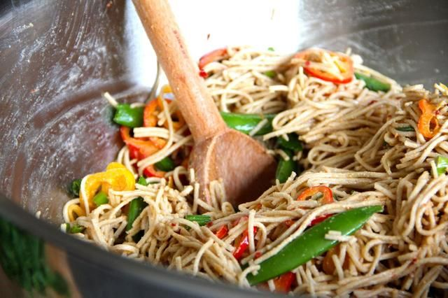 Engrase ligeramente los fideos con canola para evitar que se pegue, luego verter en la salsa y añadir las verduras. Mezclar bien y añadir más de lo que te apetezca. Servir con cilantro y limón cuñas. :)