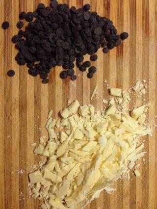 Mientras peras son en el horno (precalentado a 150 grados) choped aproximadamente el choclate