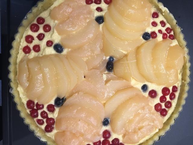 Ponga los frutos de sus gustos. Puse peras escalfados y algunas bayas. Hornear en un horno precalentado a 180C 50 minutos el azúcar asperja en tapa y cocinar 10 minutos más hasta que estén doradas