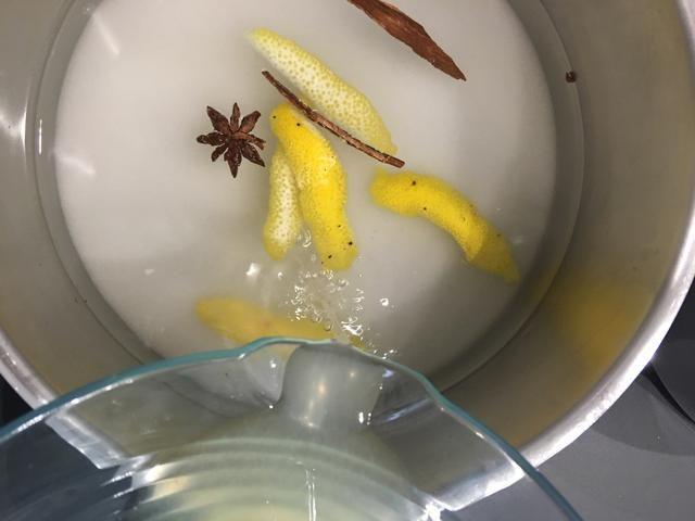 Para escalfar los peras o cualquier fruta fresca .. Ponga 2 tazas de azúcar + 4 tazas de agua + repique de limón, especias a su gusto y un jugo cucharadas de limón. Hasta que hierva. Pelar las peras Williams y ADD. Cocine a fuego lento unos 20 minutos