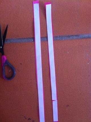 Cubra la parte posterior de la cinta con el fundador de cinta adhesiva