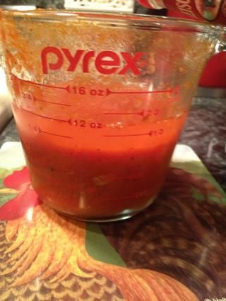 Añade tu vodka a la salsa marinara. Utilicé mi salsa marinara, puede utilizar casera o una tienda compré frasco de salsa marinara.