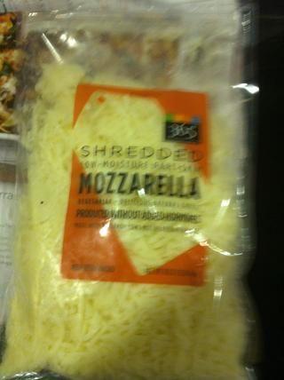 Mezcle media taza de queso mozzarella en ella