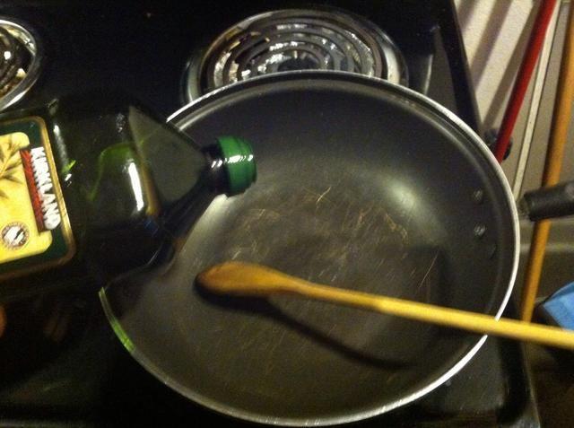 Añadir un poco de aceite de oliva en una sartén