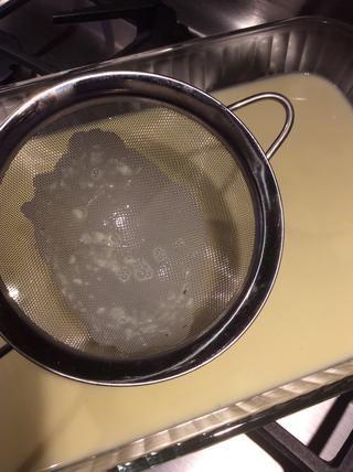 El tamiz atrapa el azúcar sin disolver todo o piezas de huevo y sin mezclar. Deseche esto. Refrigere durante varias horas o toda la noche.