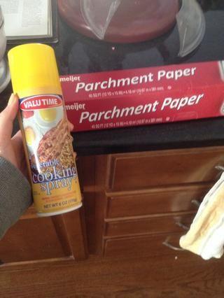 Tome su cera / papel de pergamino y la cocina con atomizador y rociar el papel de cera / pergamino una ponerlo en un plato.