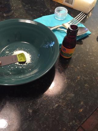 Vierta en dos cuarto de extracto de menta en la mezcla