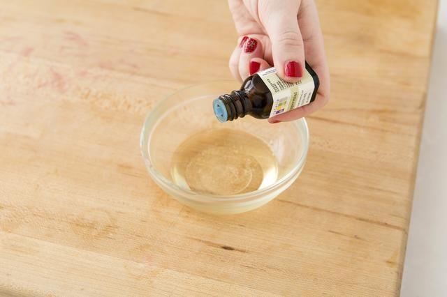 Añadir 3 gotas de aceite esencial de menta. Vierta en pequeño recipiente y refrigere durante 5-10 minutos hasta que el bálsamo se ha endurecido.
