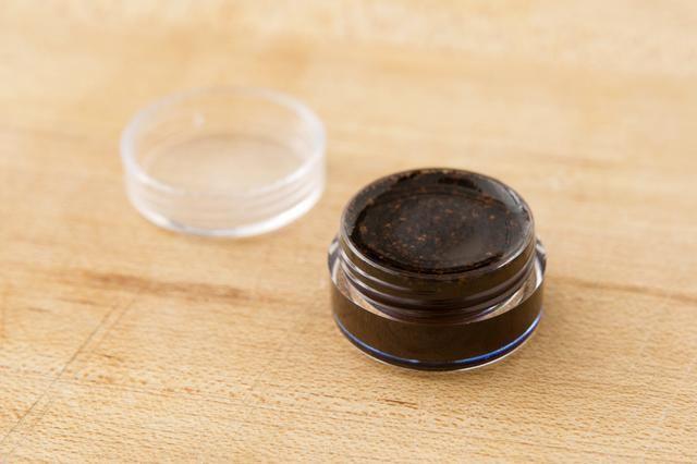 Conservar en un recipiente hermético y coloque en el refrigerador durante 5-10 minutos se endurezca.