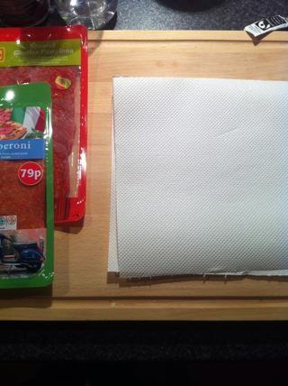 Coloque dos trozos de papel de cocina sobre una superficie plana.