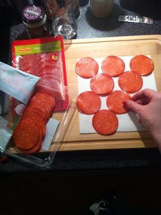 Coloque las rebanadas de forma homogénea en el papel de cocina, con cuidado de no solapar ellos.