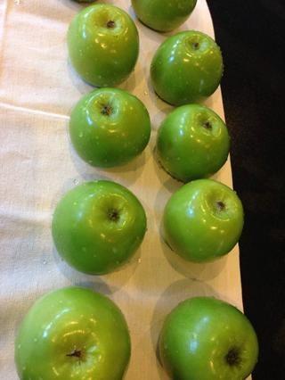 Coloque las manzanas en posición invertida sobre una toalla. Seque.