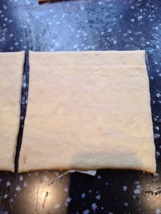Cortar la otra mitad de la rectángulo en 2 cuadrados. Estos ahora se convirtieron en molinetes frambuesa