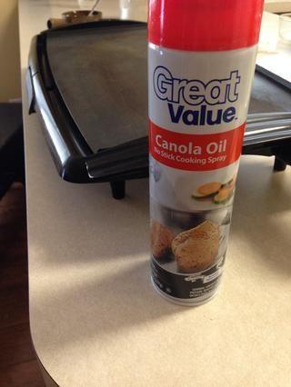 Ahora la capa de su parrilla con aceite en aerosol :)