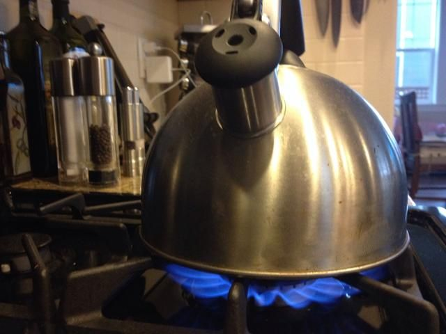 Lleve el agua a ebullición. Usted necesitará casi un hervidor de agua completo para 50 oz. Después de's boiling, remove from heat for 30 seconds. IMPORTANT!! Removing from heat is ESSENTIAL.