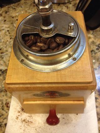 Mientras que el agua está hirviendo, moler el café. Durante 50 onzas de agua, he usado 70 gramos de café para el asado Stumptown Bender pelo.
