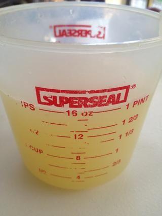 Jugo embargo muchos limones que se necesita para darle dos tazas de jugo.