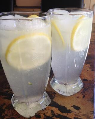 Verter sobre hielo y adornar con todo lo que quieras - rodajas de limón, un chorrito de limón, un trago de vodka ... y disfrutar! Tan refrescante en un día caluroso de verano. :)