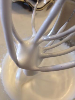 Cuando la espuma es mucho más grueso y puede formar picos, es la segunda indicación se puede criar a la velocidad de la batidora y también añadir segundo 90g de azúcar en polvo.