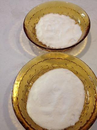Mida dos porciones iguales (cada 90 g) de azúcar en polvo. Dejar de lado.