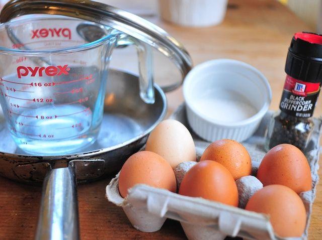 Cómo hacer Perfecto Sobre-Fácil (Basted) Huevos en 30 segundos Receta
