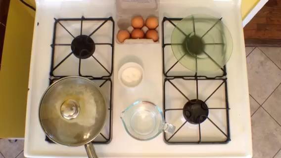 Se necesita un poco más de 30 segundos de principio a fin, pero una vez que se agrega el agua debe tomar unos 30 segundos. De lo contrario puede acabar con más de medio-huevos ... que es bien también.