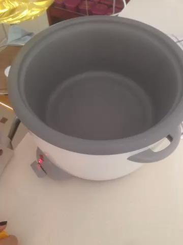 Vierta en poco aceite suficiente para cubrir el fondo de la olla