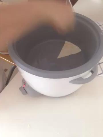 Coloque con cuidado los trozos de pan que recubren el fondo de la olla