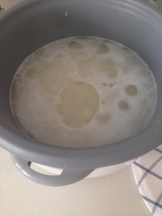 Agregue su sal y aceite al agua en la olla arrocera, a continuación, llevar el arroz a hervir