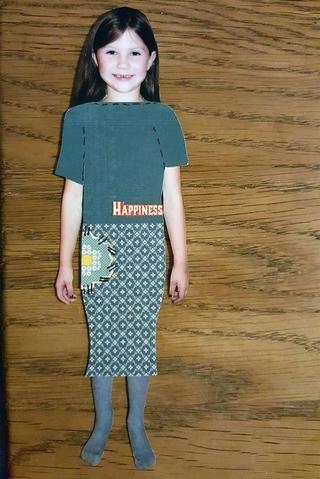 Este es el primer equipo. Una falda y una blusa. He añadido algunos pequeños cortes a la ropa.