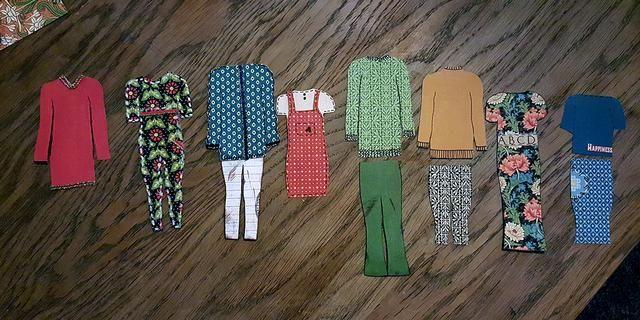 Aquí está toda la colección de ropa. Supongo que volveré a hacer más tarde, pero esto es lo que va a estar en la caja para la Navidad.