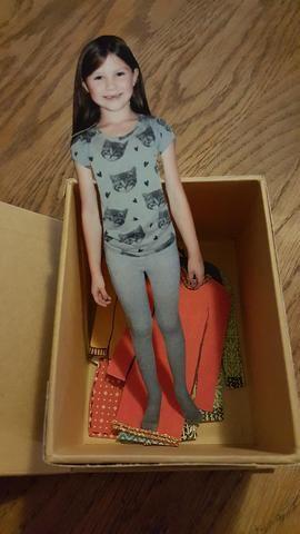 Voy a poner toda la ropa en la caja. La muñeca será embalado junto con un gran, etiqueta decorada en un sobre de celofán, y colgado en el presente.
