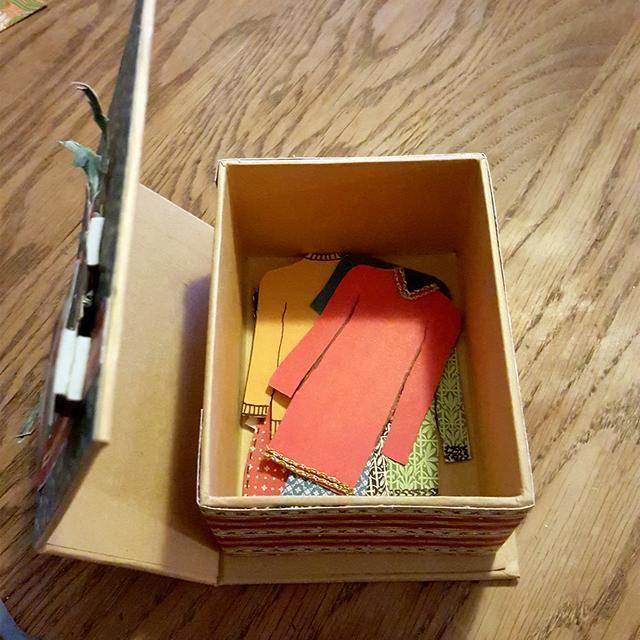 Como se puede ver que hay espacio para más -) Así que voy a dejar una nota en la caja, le decía a mi hija que ella y yo hará más ropa juntos. A continuación, la presente incluirá una actividad demasiado -)