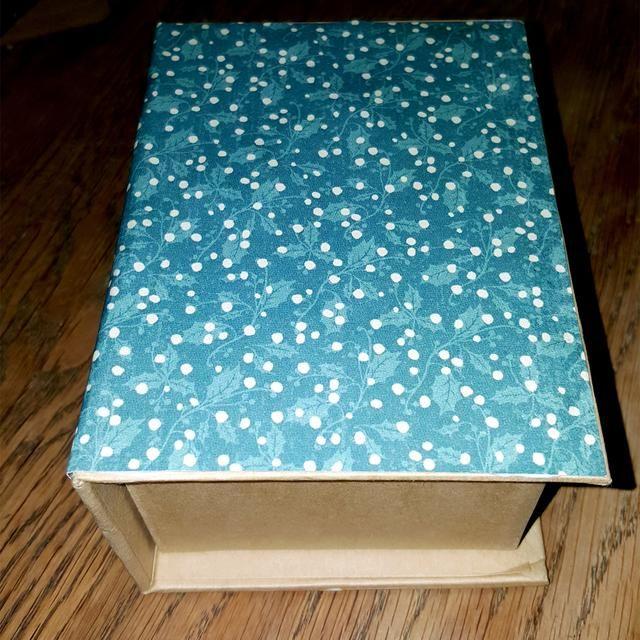 Pegué el patrón de papel a la caja, usando pegamento fuerte.