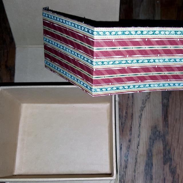 Para los bordes, elegí otro patrón de papel. A la altura, y cortar.