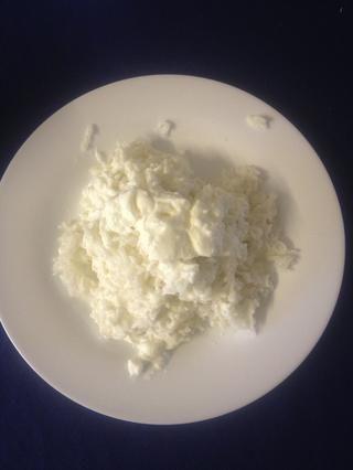 Añadir el yogur con el arroz y mezclar bien con las manos limpias