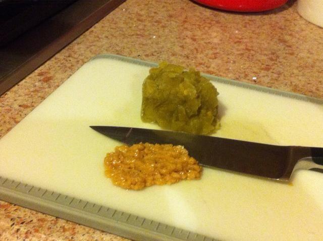 Picar el ajo y los chiles.