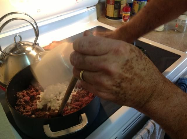 Cuando la carne esté cocida sobre todo, añadir la cebolla y el ajo.