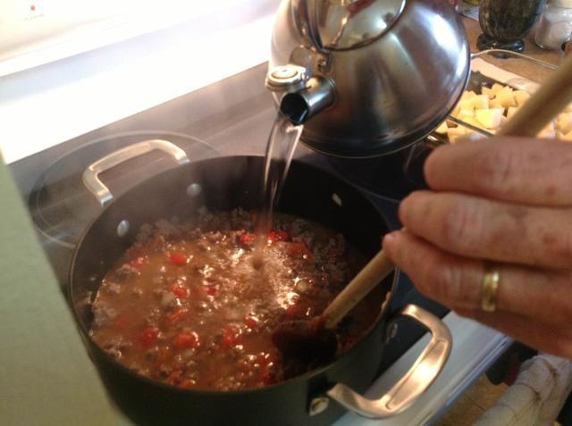 Añadir 4-6 tazas de agua dependiendo de cómo usted lo quiere caldoso