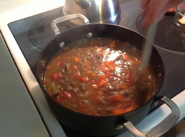 Añadir las zanahorias y las hojas de laurel y dejar cocinar