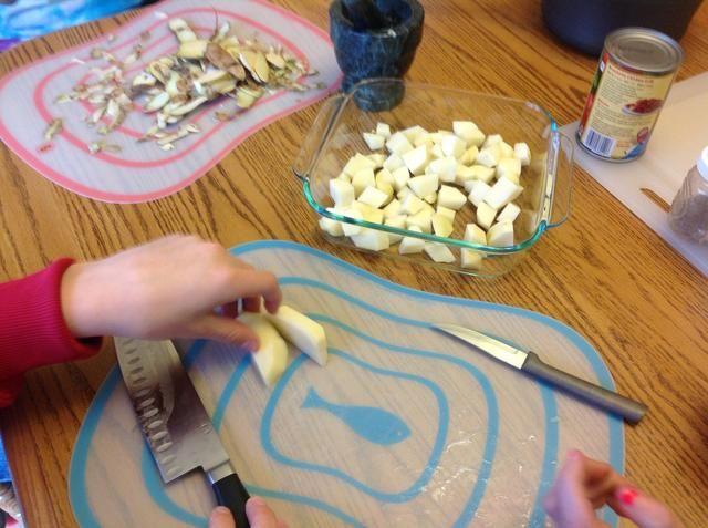 Cortar las patatas en trozos