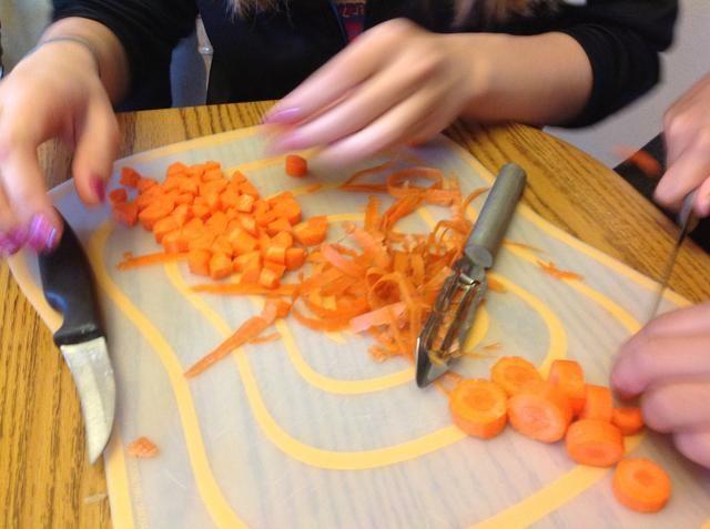 Pelar las zanahorias y chop