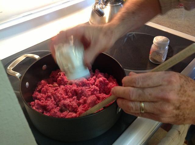 Añadir sal y pimienta al gusto a la carne una vez que comienza la cocción