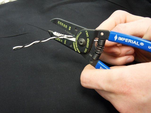 Cortar el cable trenzado a la medida.