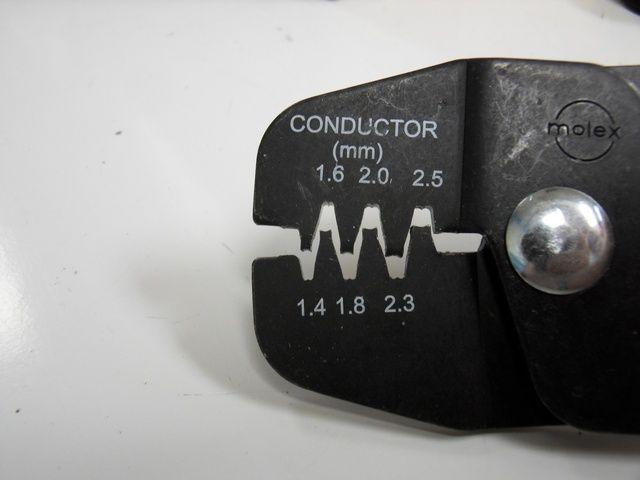 Observe la parte superior e inferior en forma de U en forma de m-de cada espacio en el rizador. La apertura de la toma de metal se alineará con la forma m en el rizador.