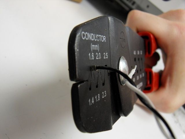 Unir el conjunto interior de pestañas primero utilizando el espacio de 1,6 mm.