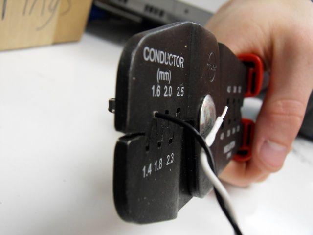 Unir el conjunto exterior de las pestañas con el mismo espacio. Los rizos también se pueden apretar más tarde utilizando espacios más pequeños.