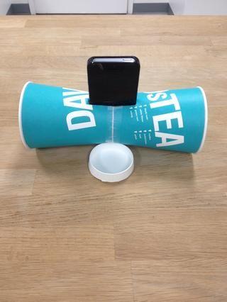 Ponte tu canción favorita y deslizarse teléfono en los altavoces, con la parte inferior de la taza una como apoyo.